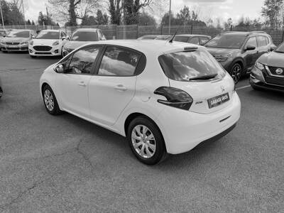 Voir la photo n°2 de la voiture d'occasion PEUGEOT 208 — 1.6 BlueHDi 75ch BVM5 Active